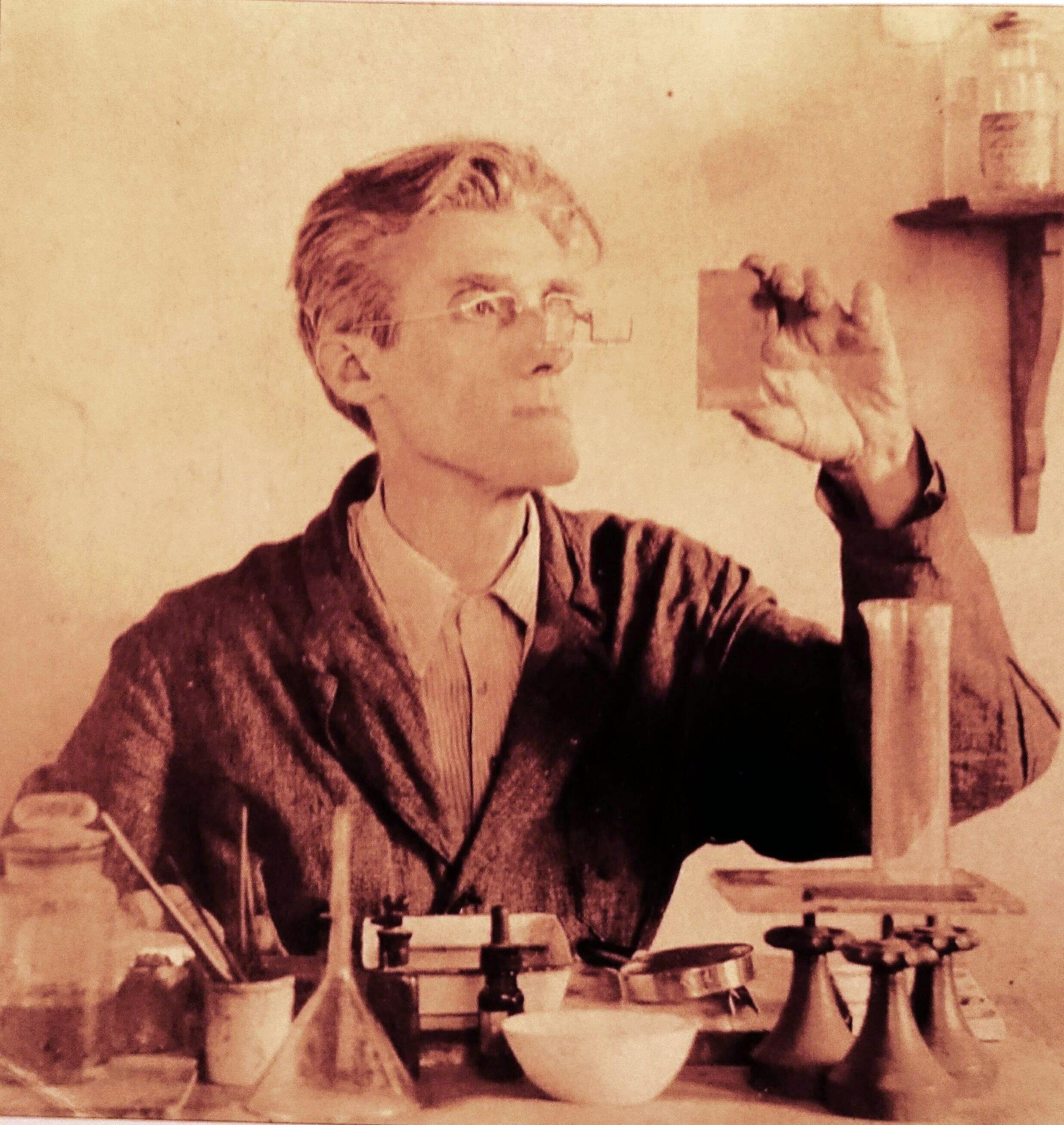 Der Künstler an seinem Arbeitstisch 1947. Bildvorlage: WM-Archiv